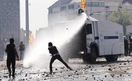 La police anti-émeute déloge les manifestants de la place Taksim
