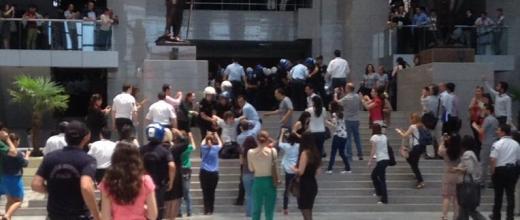 Turquie : Palais de justice d'Istanbul envahi par des manifestants